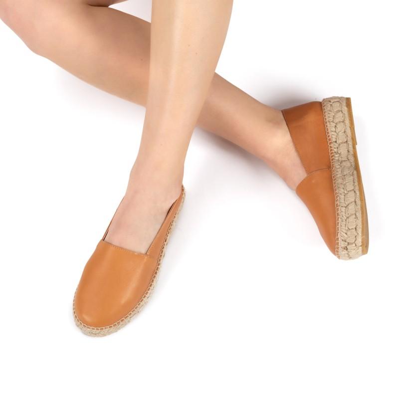 Sandalia negra con plumas