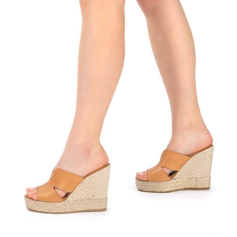 Sandalia lila con plumas