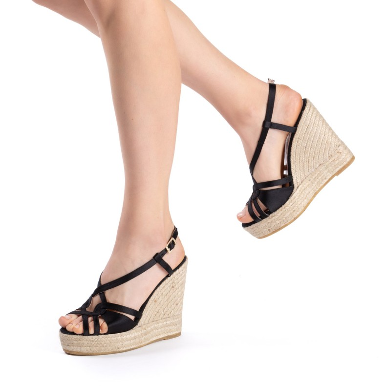 Brown sandals with feathers