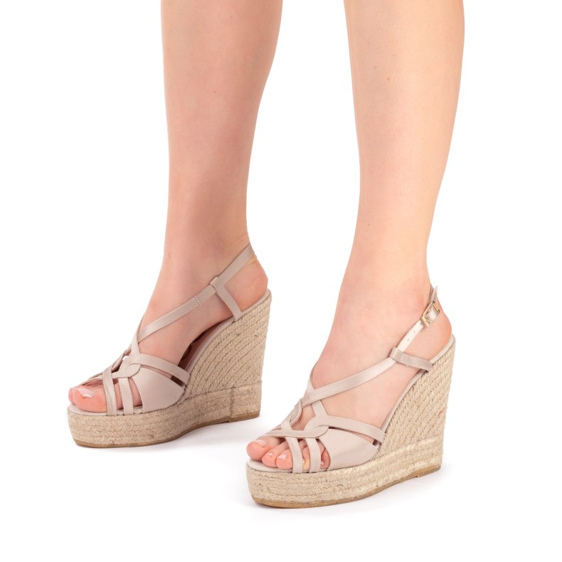 Sandalias marrones con plumas